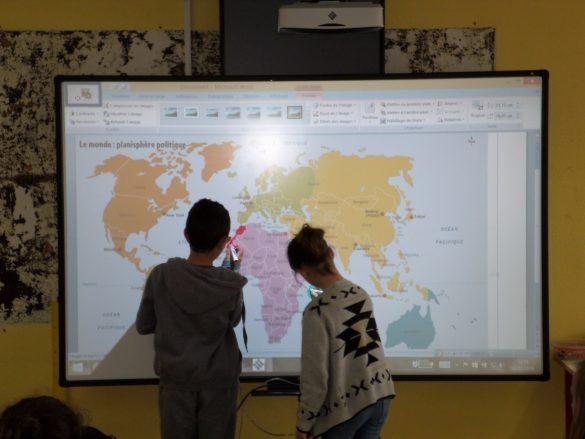 Un des tableaux numériques de l'école élémentaire de Châteaugay